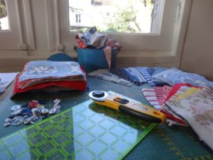Decoupage d'anciens vêtements pour préparer une couverture-souvenirs en patchwork personnalisé