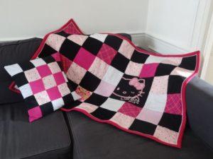 Petite couverture Hello Kitty en patchwork personnalisé