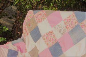 Le premier plaid en patchwork personnalisé de Repatchit : Plaid créé avec les vêtements de la fille de la créatrice