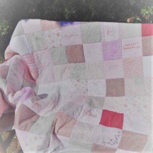 Un cadeau original pour maman : Un plaid personnalisé en patchwork avec ls vêtement de ses filles !