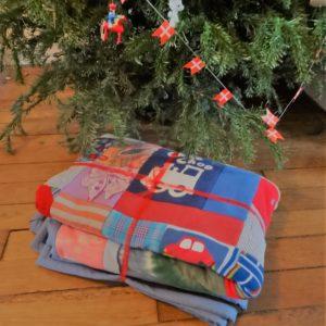 Un cadeau personnalisé pour enfant : le plaid fait avec ses vêtements