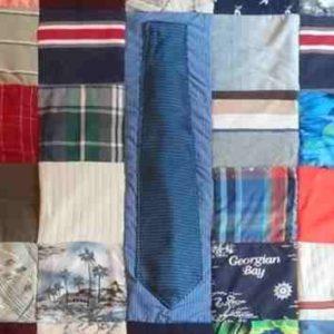 Cravate appliqué à la machine par-dessus un plaid personnalisé en patchwork