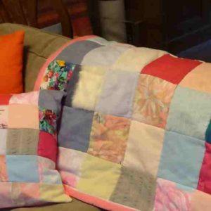 Couverture en patchwork personnalisé avec un carré de tissu en fausse fourrure (blanche)