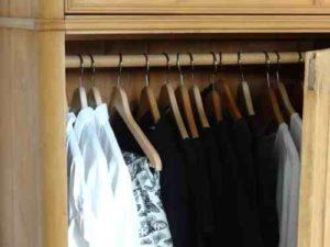 Parmi les vêtements dans l'armoire, il faut en sélectionner qui sont assez importants pour être utilisé ddans un patchwork personnalisé