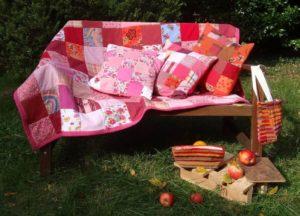 Ambiance automnale avec plaid et coussins en patchwork rose