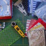 A l'atelier, les vêtements de la maman décédée sont traités et préparés pour être utilisé dans un patchwork