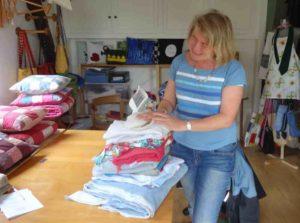 La créatrice explique le patchwork personnalisé lors d'une visite à l'atelier de Saint Leu La Forêt