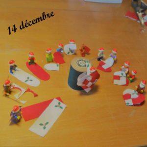 14 décembre, les lutins Lego montrent comment faire des coeurs pour décorer le sapin
