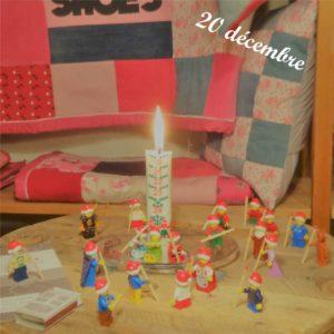 20 décembre, un lutin Lego allume le bougie de l'avent