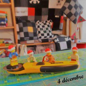 4 décembre, les lutins Lego aident avec la découpe des tissus