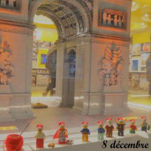8 décembre, le lutins Lego font du tourisme au Lego store à Paris