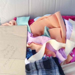 Carton reçu d'une cliente : plein de vêtements sélectionné pour la commande d'un patchwork personnalisé