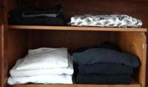 Vêtements dans armoire, peut-être pour un patchwork personnalisé ?