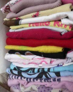 Pile de t-shirts d'enfant à traansformer en couverture personnalisée