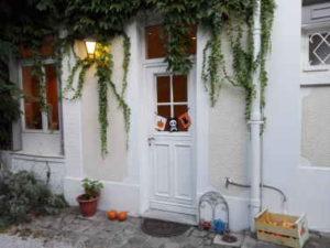 Ambiance d'halloween avec une guirlande de fanions sur la porte