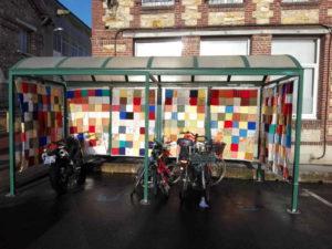 Abri moto couvert de patchwork, vue de l'intérieur