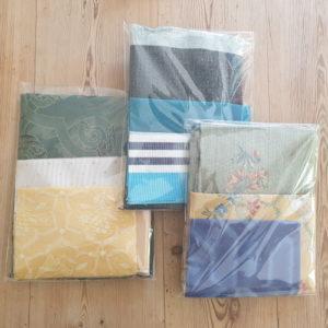 Différents couleurs du kit des emballages cadeaux (pochettes festives