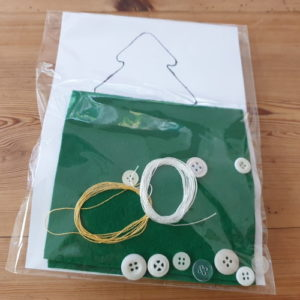 Kit avec matériaux pour faire un sapin en feutrine avec déco boutons