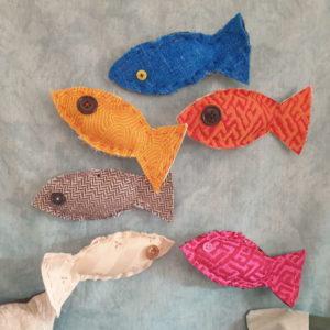 Groupe de poissons d'avril sur broche